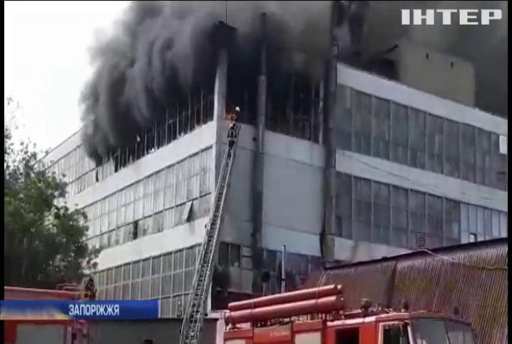 У Запоріжжі загорілася найбільша взуттєва фабрика України (відео)