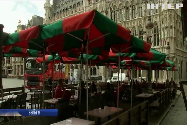 Маски з посмішкою та вільні місця: ресторани Бельгії вийшли з карантину