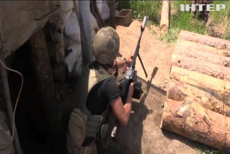 На Донбасі поранили українського військовослужбовця