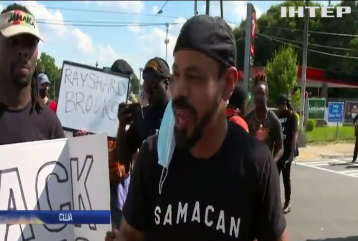 Глава поліції Атланти звільнилася через загибель афроамериканця під час затримання