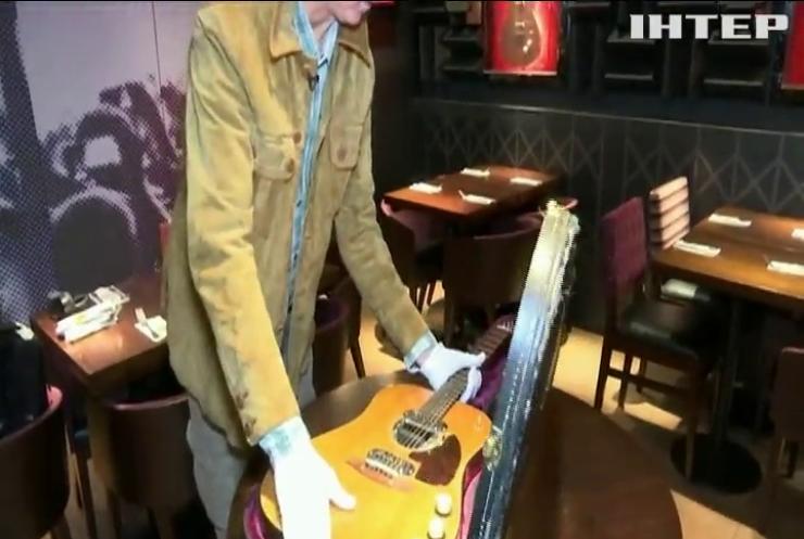 Гітару Курта Кобейна продали з молотка за рекордну суму