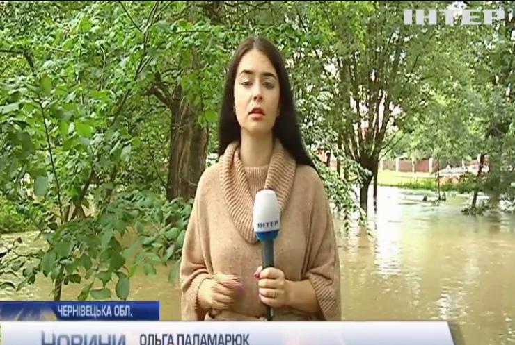 Червоний рівень небезпеки: вулиці Чернівців опинились під водою