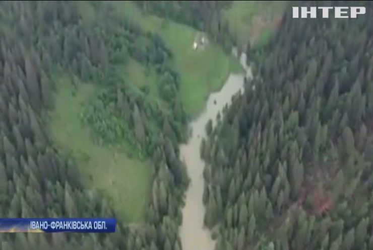 Над гірським селом у Карпатах зависли тисячі кубів води
