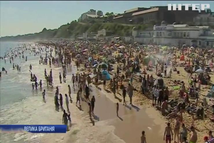 Британці втікають від шаленої спеки на пляжі