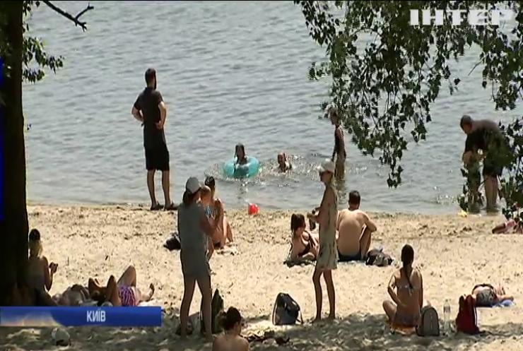 Кияни попри карантин рятуються від спеки на пляжах