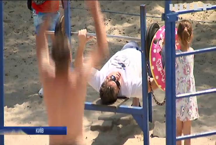 У Києві масово ігнорують карантинні обмеження та відпочивають на пляжах