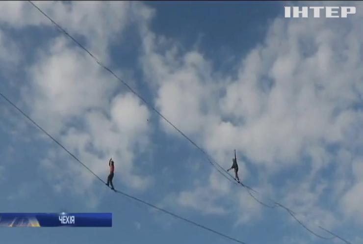 Чехи взялися ходити канатом над прірвою між двома вежами