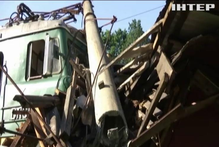 Потяг зійшов з рейок і протаранив будівлю залізничників