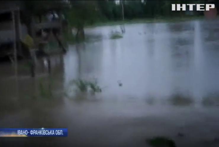 На Прикарпатті дощ розмив дорогу між селами