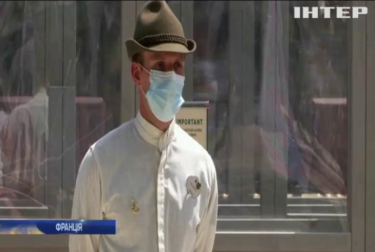 В масках та без обіймів: у Парижі відкрили Діснейленд