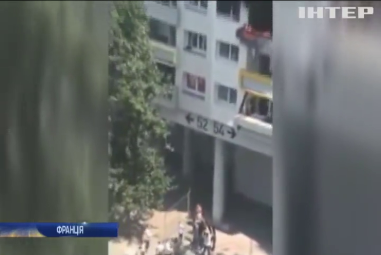 У Франції двоє дітей вистрибнули з вікна в руки сусідам
