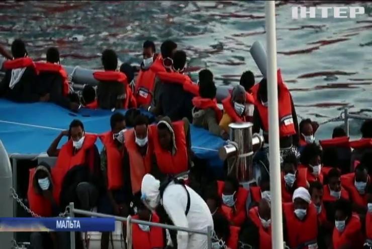 """Мігранти """"коронують"""" Європу: на Мальті загострення епідемії, а французи знесли табір біженців"""