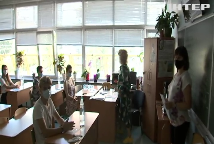 Школярів України хочуть відправити за парти у масках