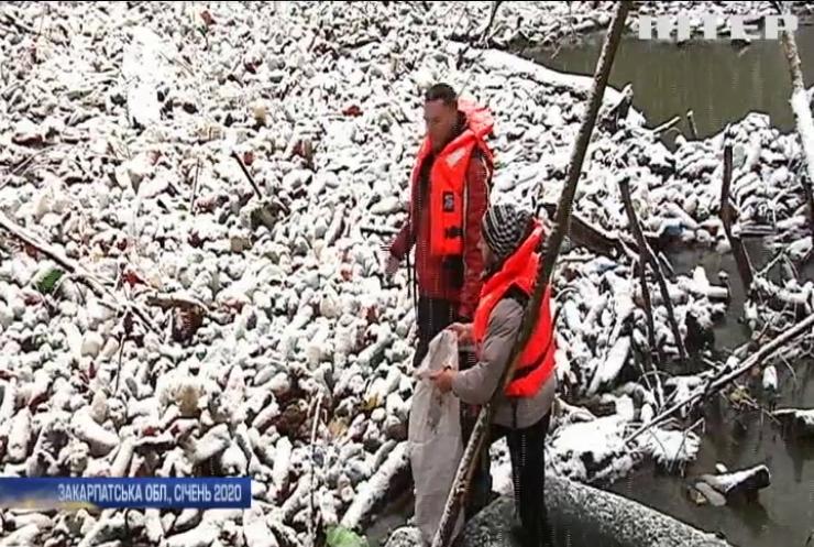 На Закарпатті річку Боржаву волонтери очистили від сміття