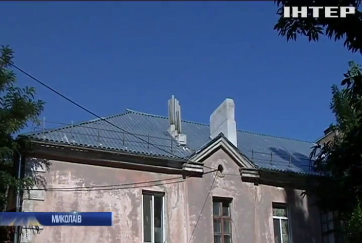 У Миколаєві мешканець багатоповерхівки потерпає від обвалу даху