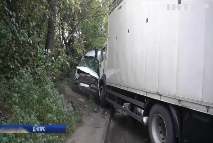 У Дніпрі вантажівка зіткнулася з мікроавтобусом
