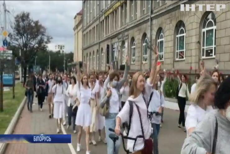 """""""Досить нас бити"""": у Мінську жінки вишикувалися в живий ланцюг"""