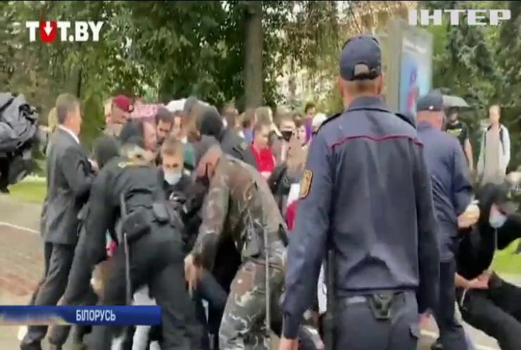 """У Мінську почався розгін студентів: протестувальників """"пакують"""" у мікроавтобуси"""