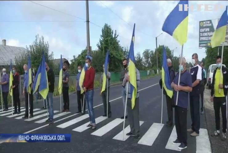 Жителі Прикарпаття вимагають відремонтувати сільську дорогу