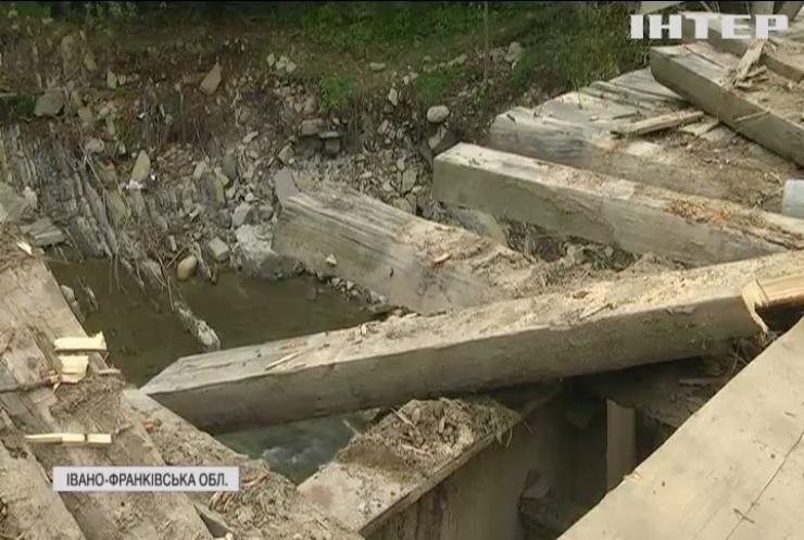 Жителі гірських районів Прикарпаття потерпають через зруйнований міст