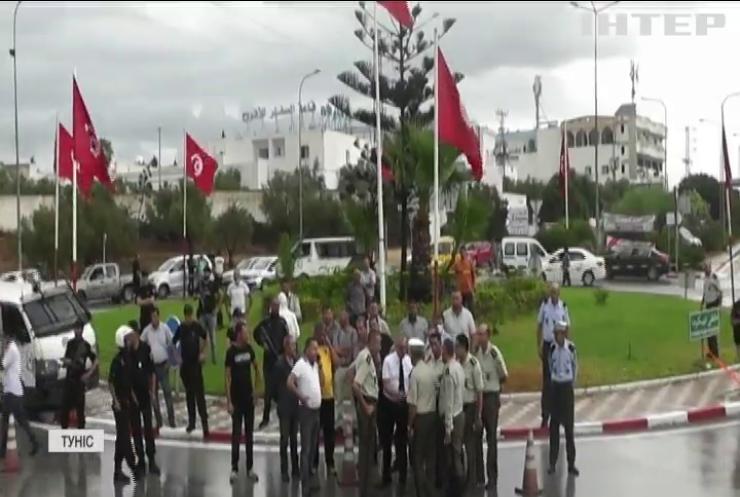 У Тунісі терористи з ножами напали на силовиків