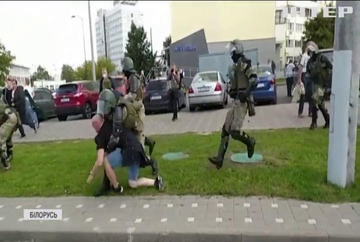 Протестувальників у Білорусі розганяють пострілами