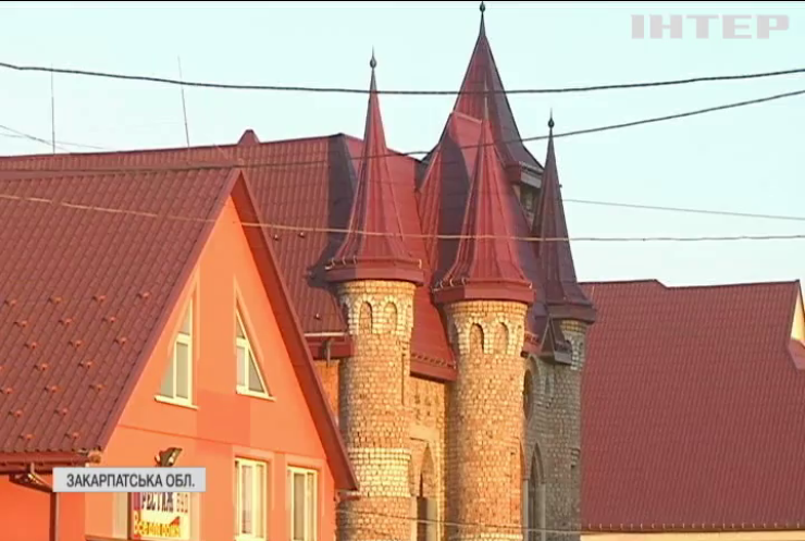 Багатомільйонний сільський гламур: закарпатське село дивує розкішними маєтками
