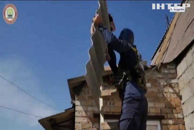 Рятувальники лагодять понівечене ворожими обстрілами житло у Водяному