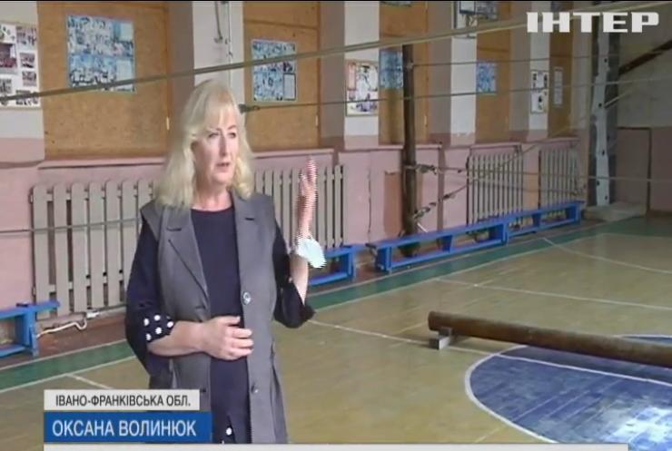 Вчителі на Прикарпатті власним коштом відремонтували державну школу    podrobnosti.ua