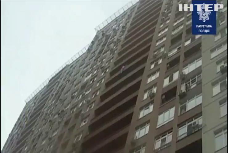 У Києві поліцейський на льоту спіймав самогубцю