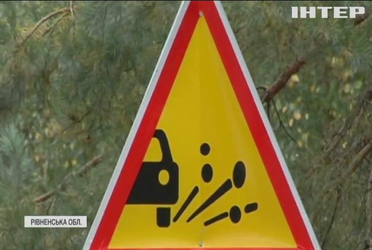 На Рівненщині розлітається на шматки щойно відремонтована дорога