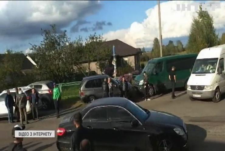На Рівненщині новенька дорога розлітається на шматки та нищить автомобілі