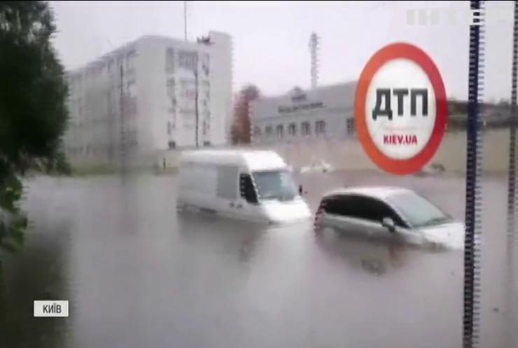 Злива перетворила вулиці українських міст на річки