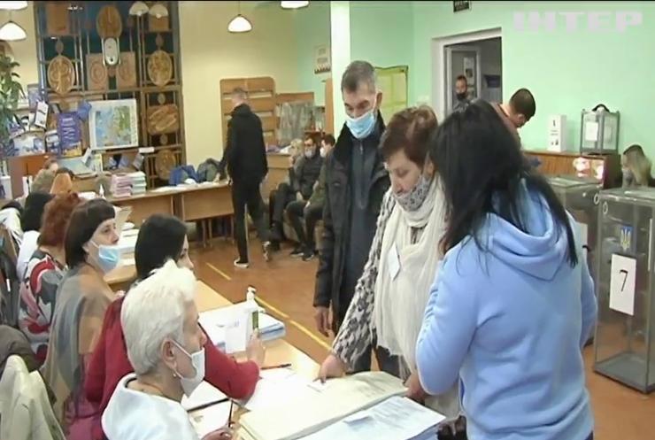 На дільницях фіксують численні порушення виборчого процесу