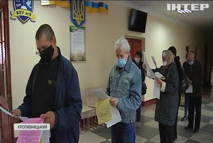 Порушення на місцевих виборах: в Одесі спіймали гастролерів, а у Дніпрі фотографували бюлетені