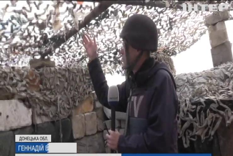 На Донбасі військовослужбовці під ворожими обстрілами маскують передові позиції