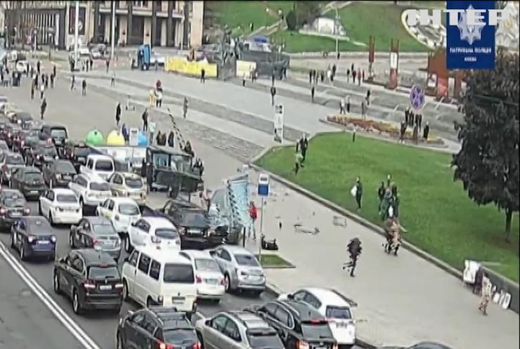 ДТП у Києві: на Майдані Незалежності позашляховик зніс людей на зупинці громадського транспорту