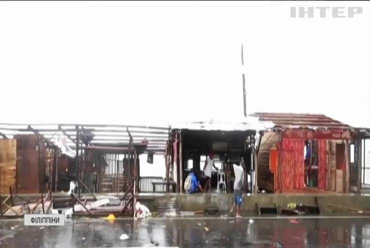 """На Філіппіни обрушився супертайфун """"Гоні"""""""