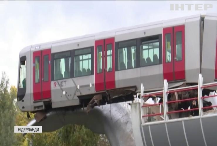 У Роттердамі вагон метро застряг на хвості бетонного кита