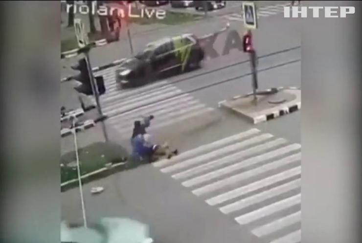 Іноземець у Харкові протаранив людей на острівці безпеки (відео)