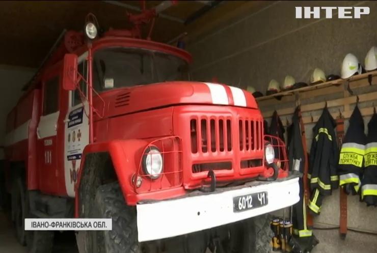 Село у Карпатах боронять від вогню пожежники-добровольці