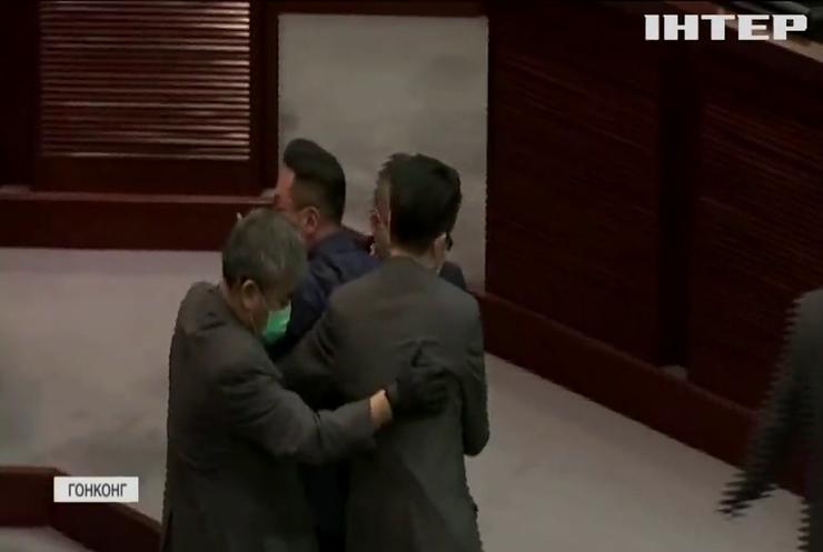 Депутатів з Гонконгу позбавили мандату через непатріотизм