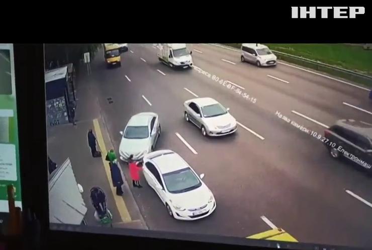 ДТП у Києві: таксист наїхав на людей на зупинці
