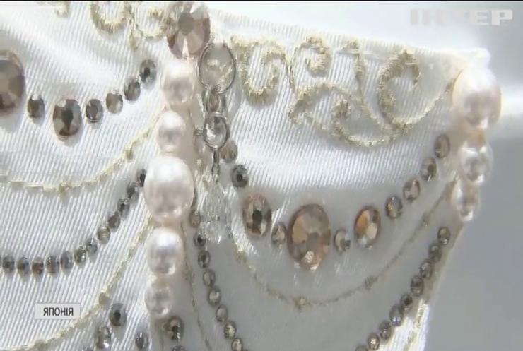 В Японії почали продавати маски з перлами й діамантами