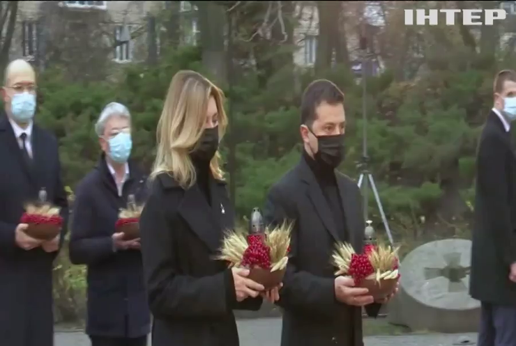 Президент України разом з дружиною вшанували пам'ять жертв Голодомору