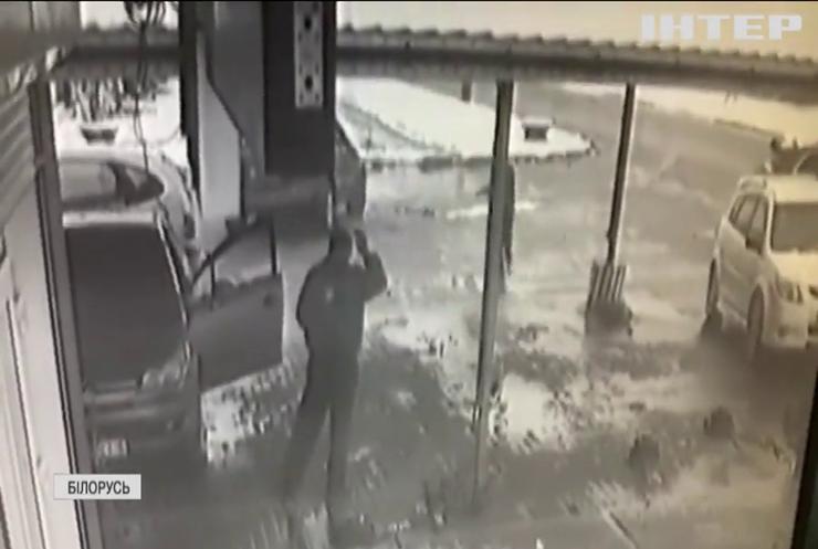 У Білорусі бігун дивом уникнув зіткнення з некерованим авто (відео)