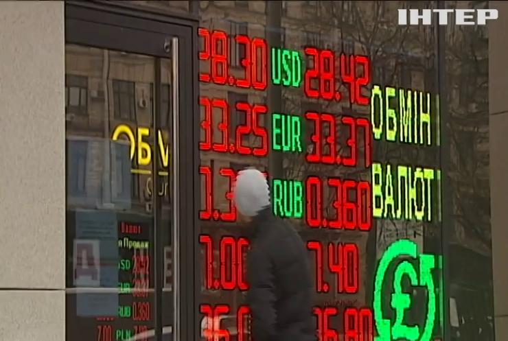В очікуванні гривнепаду: чому валюта в обмінниках знову дорожчає