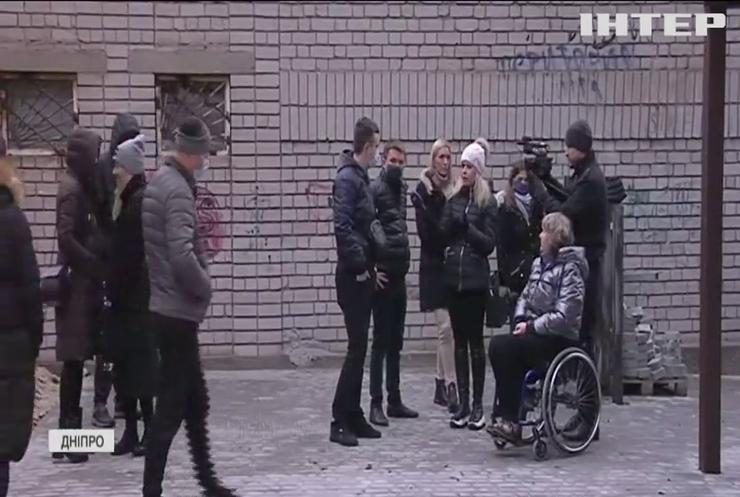 У Дніпрі жителі будинку влаштували війну проти подружжя-колясочників