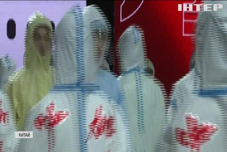 """У Китаї виробники захисного одягу продемонстрували новинки """"коронавірусного"""" сезону"""