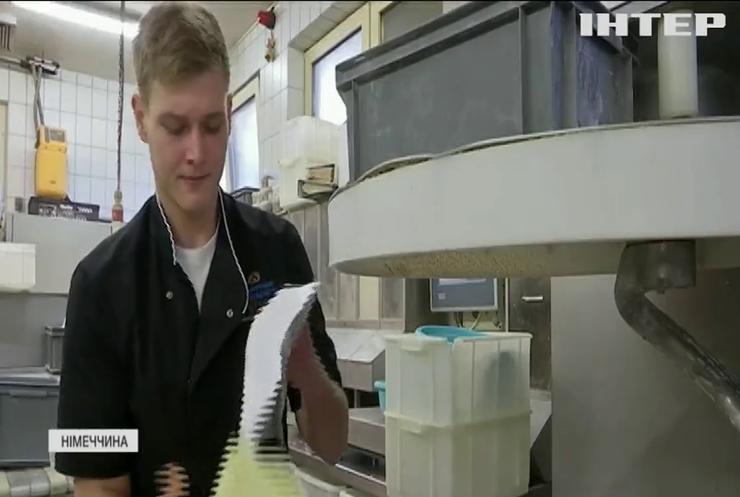 Пекар з Мюнхена виготовляє здобу для королівської родини